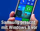 Samsung Smartphone mit Windows 8 am Display