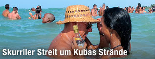 Badende am Strand in Kuba